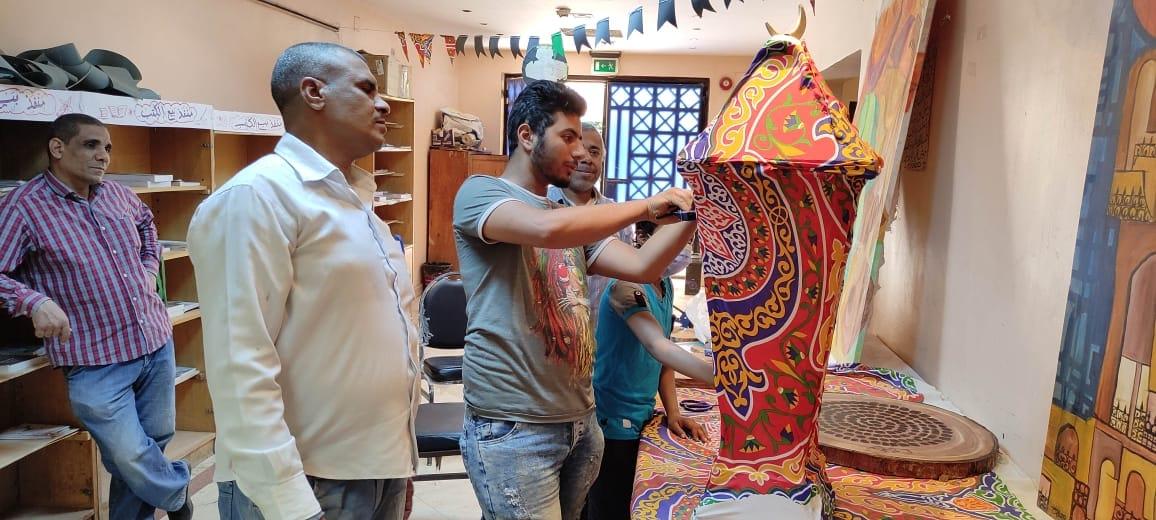 الطالب القبطي خلال تصنيع فانوس رمضان بقنا