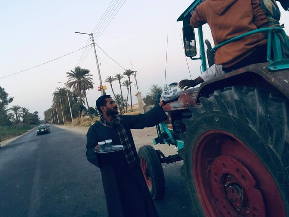 شاب نجع حمادي القبطى يساهم فى افطار المسلمين