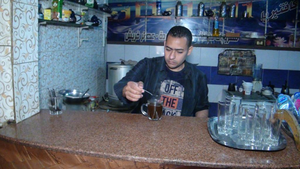 علام فى مهنة صنايعي بمقهى