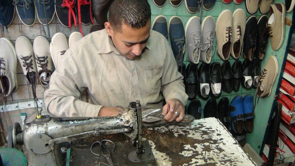 علام يقدم مهنة صانع احذية