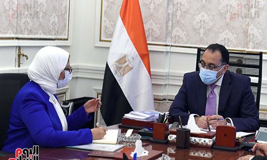الدكتور مصطفى مدبولى، رئيس مجلس الوزراء، بالدكتورة هالة زايد، وزيرة الصحة والسكان (3)