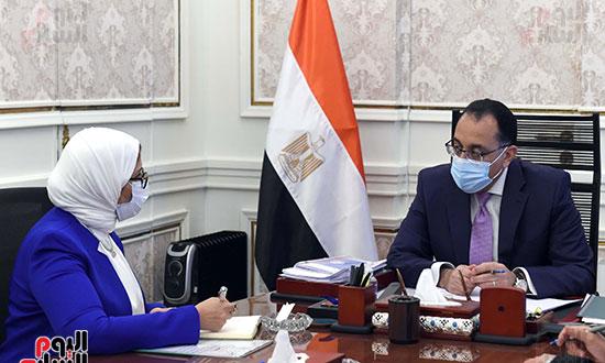 الدكتور مصطفى مدبولى، رئيس مجلس الوزراء، بالدكتورة هالة زايد، وزيرة الصحة والسكان (4)