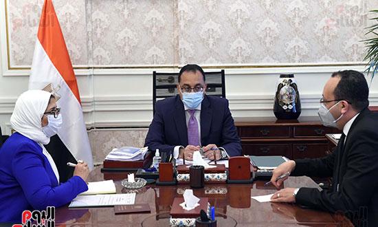 الدكتور مصطفى مدبولى، رئيس مجلس الوزراء، بالدكتورة هالة زايد، وزيرة الصحة والسكان (1)