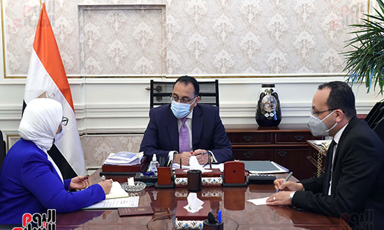 الدكتور مصطفى مدبولى، رئيس مجلس الوزراء، بالدكتورة هالة زايد، وزيرة الصحة والسكان (2)