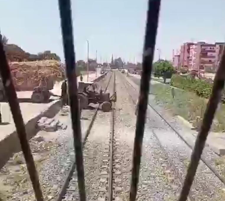 جرار زراعى يقتحم شريط السكة الحديد بأسوان (3)
