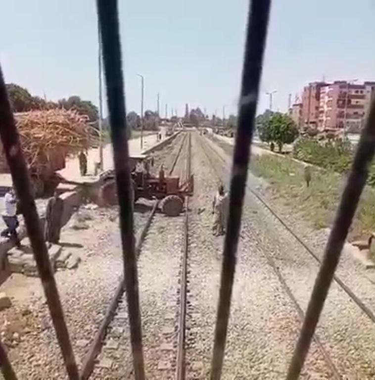جرار زراعى يقتحم شريط السكة الحديد بأسوان (2)