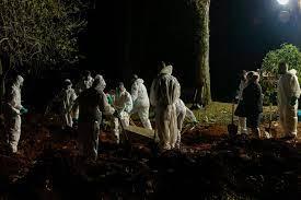 دفن جماعى ليلا فى البرازيل