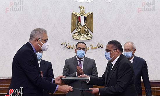 رئيس الوزراء يشهد توقيع عقد إنشاء مجمع للبتروكيماويات بالسخنة بـ7,5 مليار دولار (1)