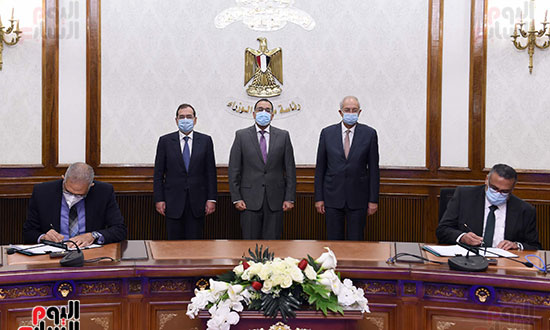 رئيس الوزراء يشهد توقيع عقد إنشاء مجمع للبتروكيماويات بالسخنة بـ7,5 مليار دولار (4)