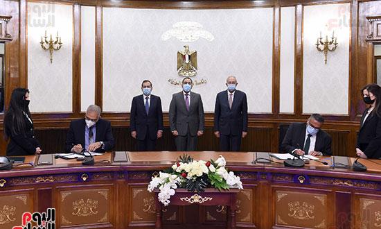 رئيس الوزراء يشهد توقيع عقد إنشاء مجمع للبتروكيماويات بالسخنة بـ7,5 مليار دولار (3)