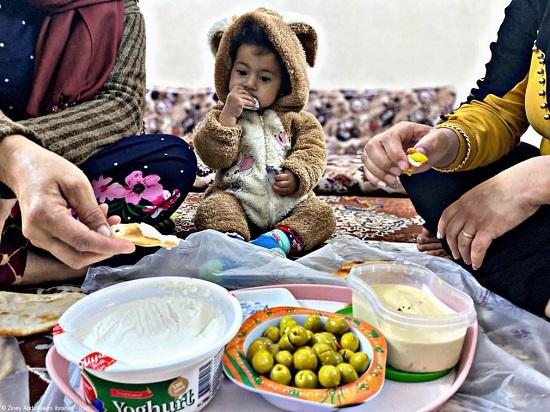 عائلة عراقية تجتمع على الطعام
