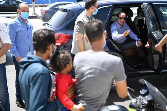 الرئيس يتوقف أثناء جولته بشرق القاهرة ويشدد بضرورة الالتزام بإجراءات الأمان (2)