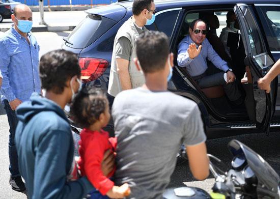 الرئيس يتوقف أثناء جولته بشرق القاهرة ويشدد بضرورة الالتزام بإجراءات الأمان