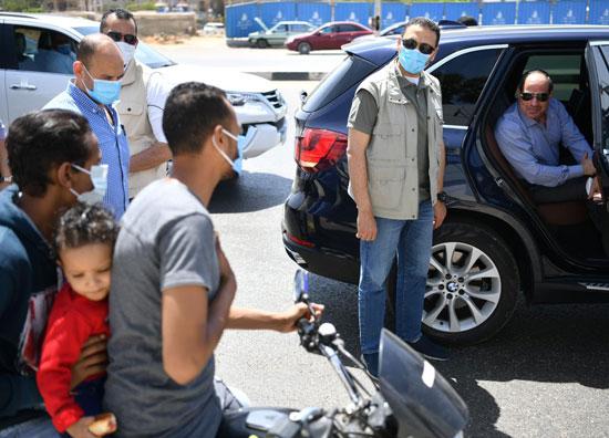 الرئيس السيسي يتوقف أثناء جولته بشرق القاهرة ويشدد بضرورة الالتزام بإجراءات الأمان