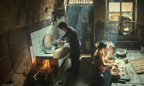 عائلة شابة تشارك في فرحة إعداد الطعام
