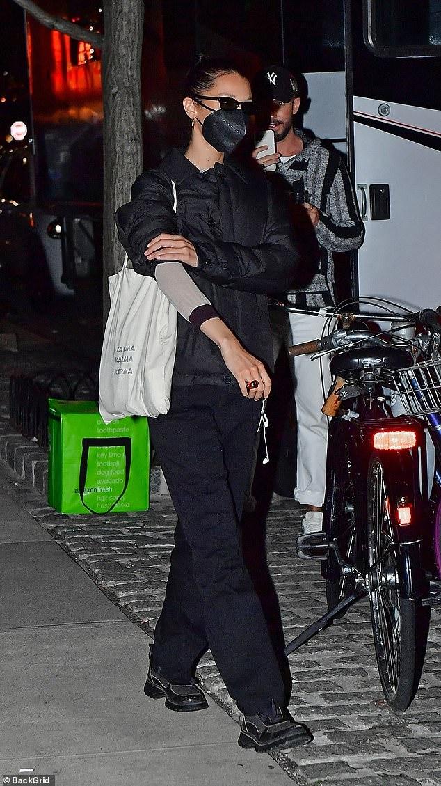 بيلا حديد في شوارع نيويورك