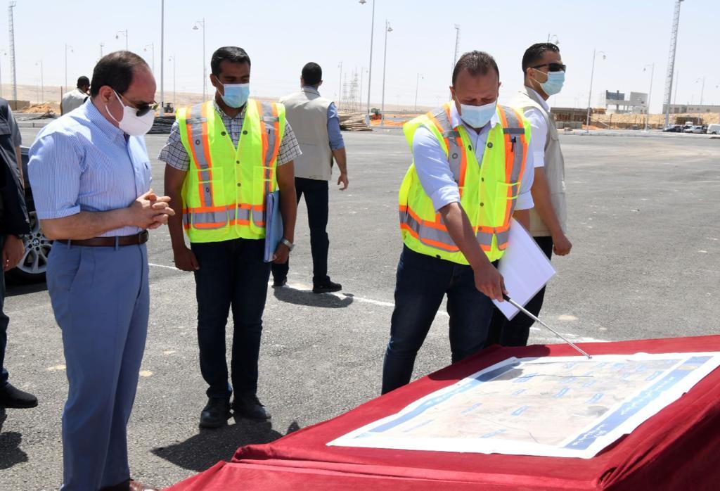 الرئيس السيسى يطلع على الطريق الدائري الأوسطي