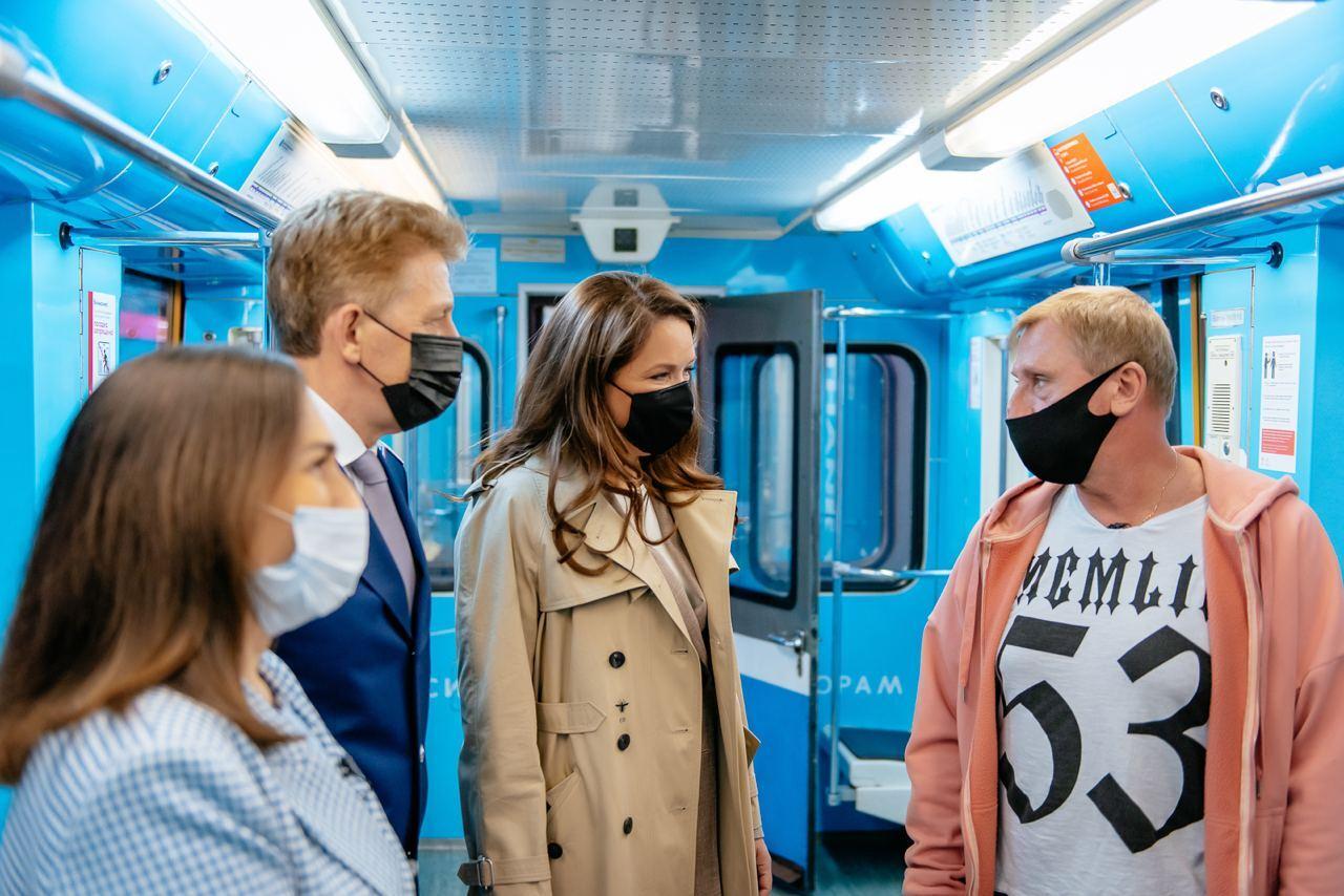 عمدة المدينة تتفحص القطار الروسى الجديد