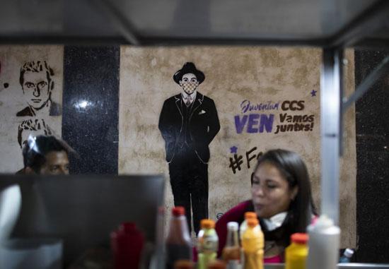 صورة لهرنانديز يرتدي قناعا في وسط مدينة كاراكاس