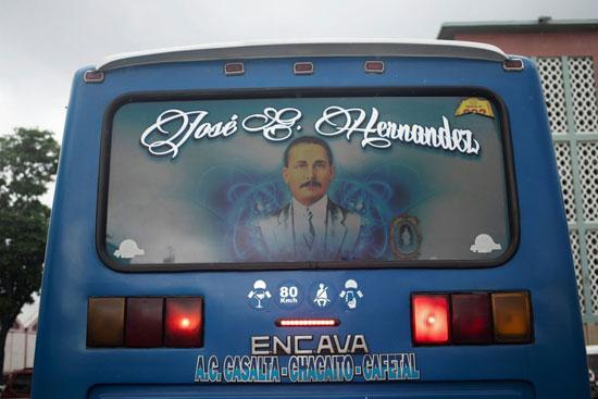 تزين صورة هيرنانديز النافذة الخلفية لحافلة في كاراكاس