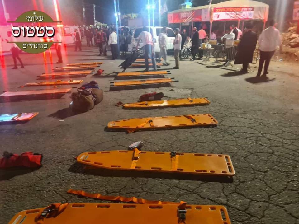جانب من الحادث ومحاولات نقل القتلى والمصابين (2)