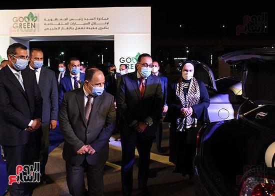 رئيس الوزراء يتفقد السيارات المشاركة فى مبادرة الاحلال