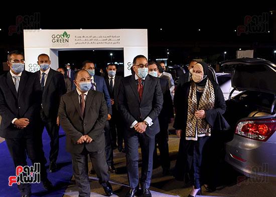 رئيس الوزراء يستعد لتسليم السيارات للمستفيدين