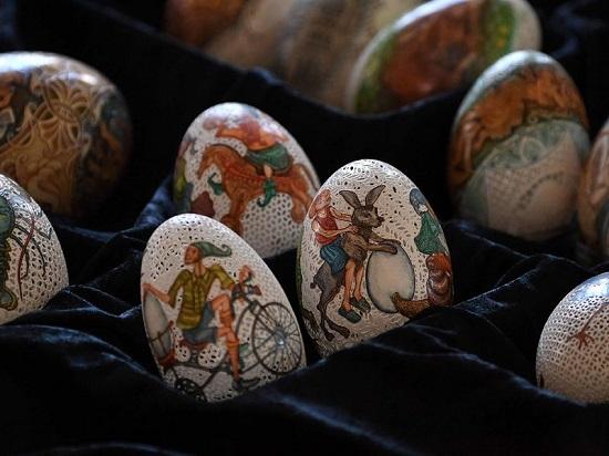 صنع البيض المزخرف يستغرق منها أيامًا