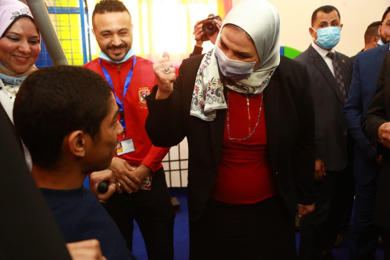 وزيرة التضامن تتحدث لأحد أطفال