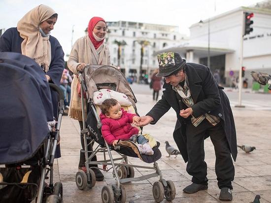 بلحسين يداعب طفلة صغيرة