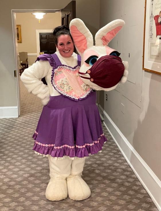 السيدة التى ترتدي زي الأرنب