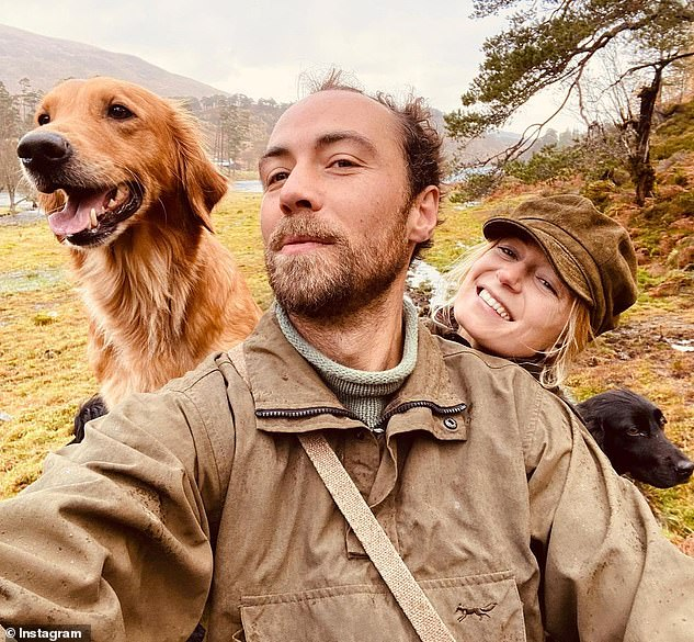 جيمس وخطيبته مع كلبهما