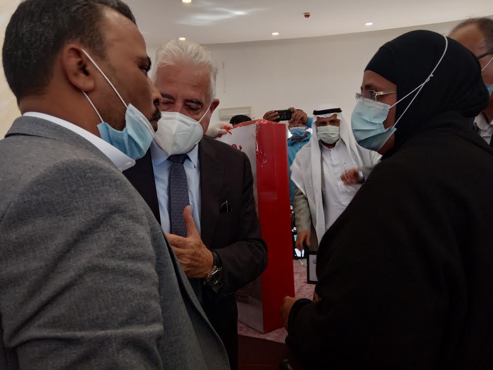 محافظ جنوب سيناء يكرم ام الشيهد محمود ناجى