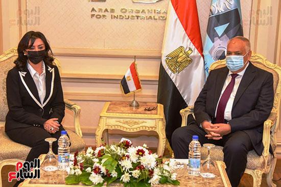تعاون بين العربية للتصنيع والقومى للمرأة لتجهيز وتدبير احتياجات المجلس (3)