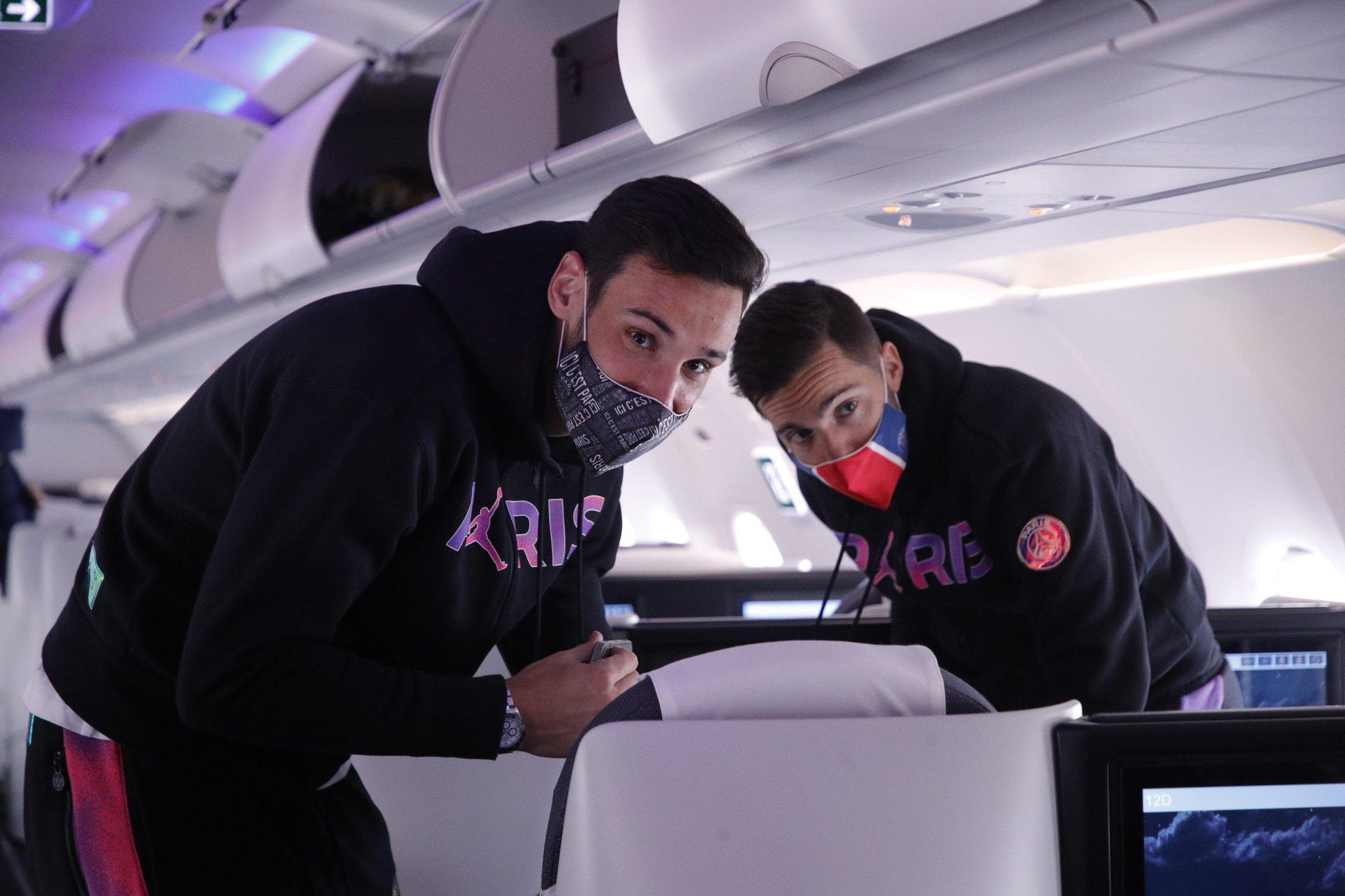 نجوم باريس سان جيرمان داخل الطائرة
