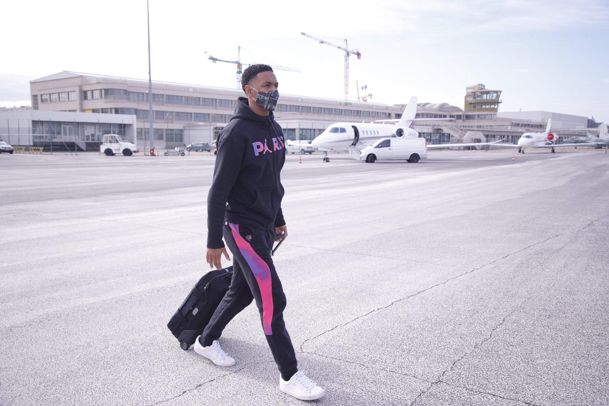 لاعب باريس سان جيرمان يتوجه للطائرة