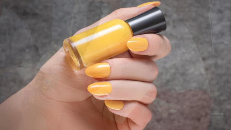 اللون الأصفر فى طلاء الأظافر
