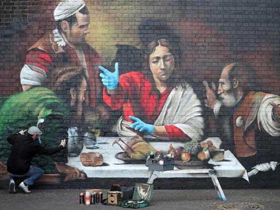 الفنان ليونيل ستانهوب يرسم لوحة جدارية في ليديويل تصور العشاء الأخير