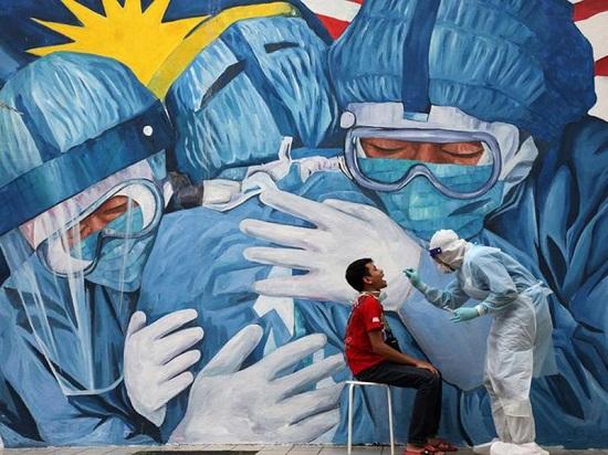 طبيب يجمع عينة مسحة من رجل لفحصها بحثًا عن فيروس كورونا