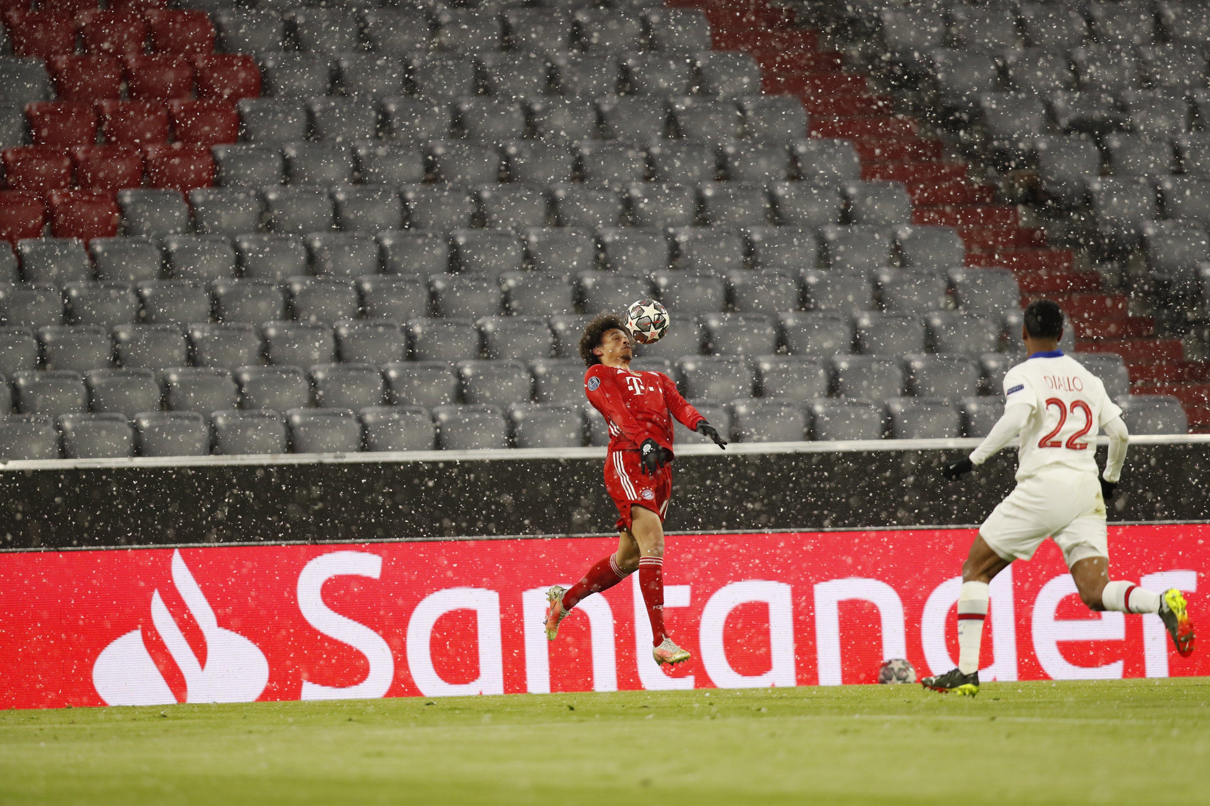 ساني يستلم الكرة على صدره
