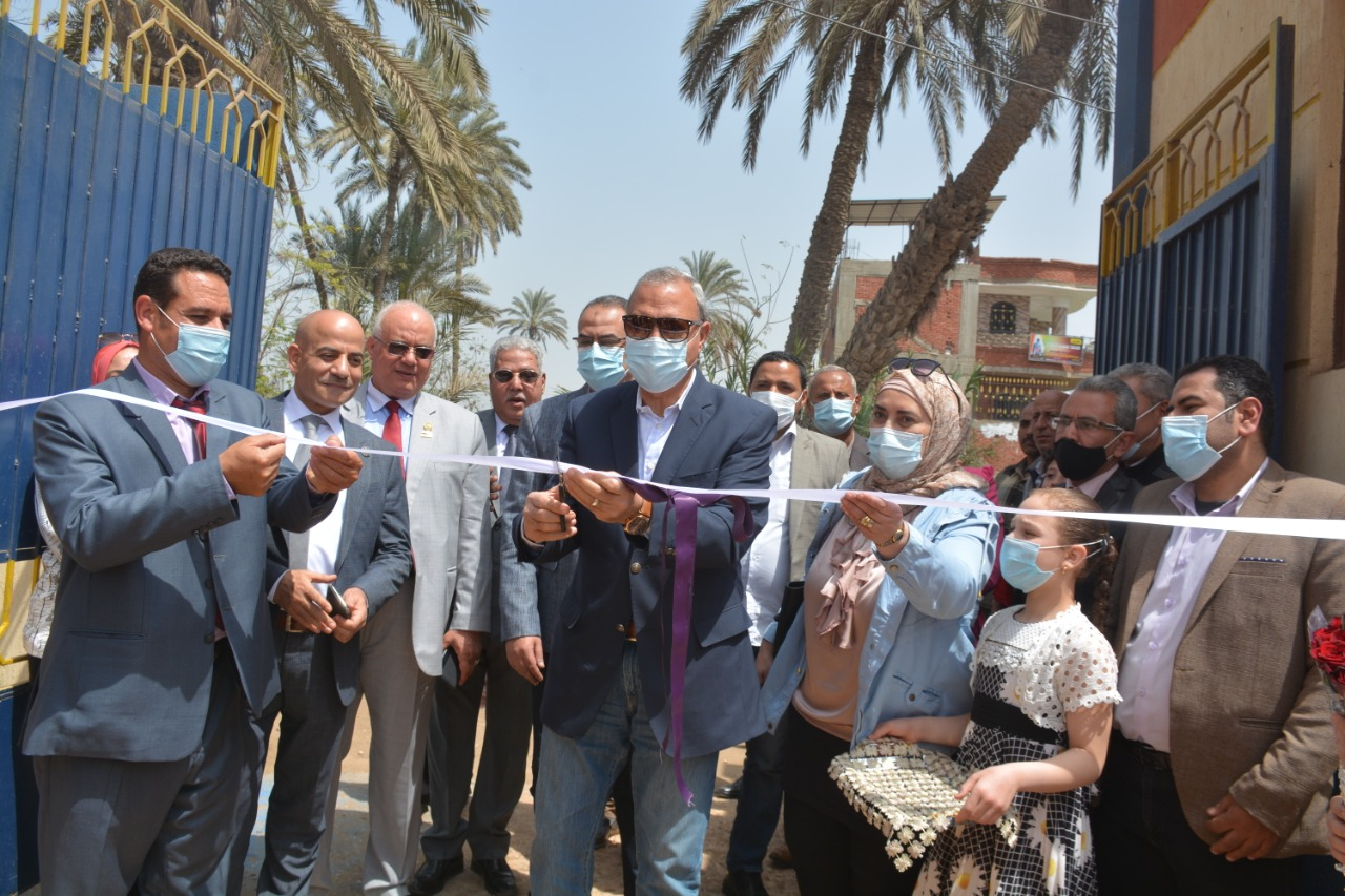 محافظ القليوبية خلال افتتاح احد المدارس