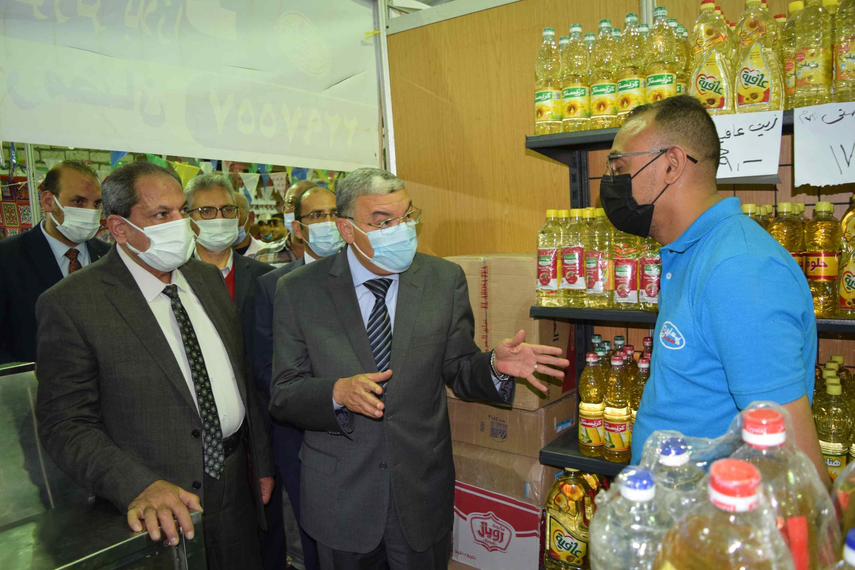 محافظ المنيا يتحدث مع العارضين