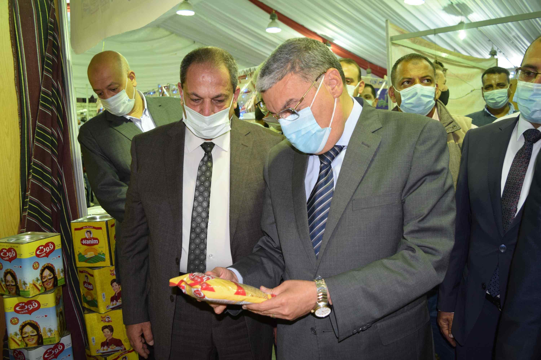 محافظ المنيا يتفقد منتجات المعرض