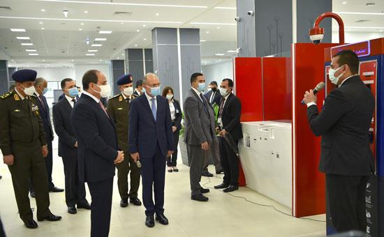 الرئيس السيسي يستمع لشرح عن مجمع الإصدارات المؤمنة
