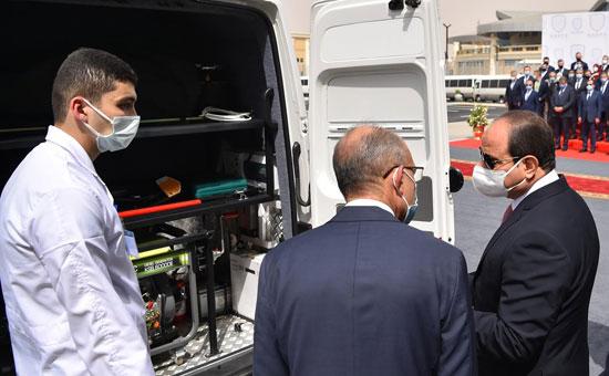 الرئيس السيسي يتابع آلية عمل مجمع الإصدارات المؤمنة