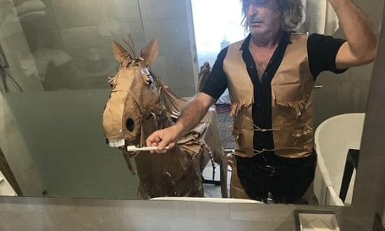 ديفيد ماريوت ينظف أسنان راسل