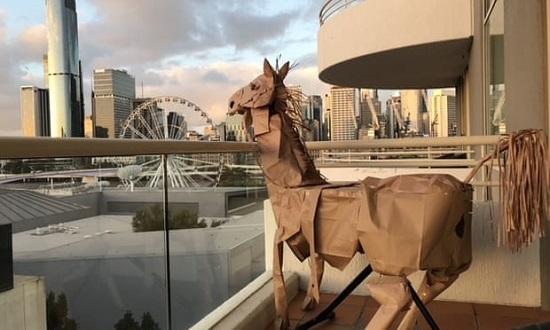 حصان ديفيد ماريوت الورقي يطل على منظر بريسبان