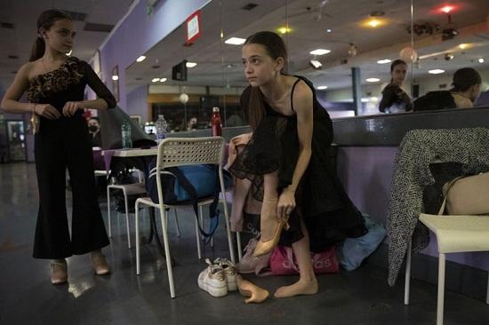 يرتدي الراقصون أحذيتهم قبل التدريب