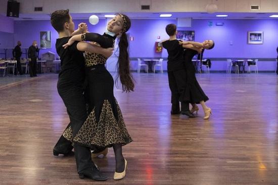 يُسمح لهم بإزالة الكمامات أثناء أداء الرقصات التقليدية