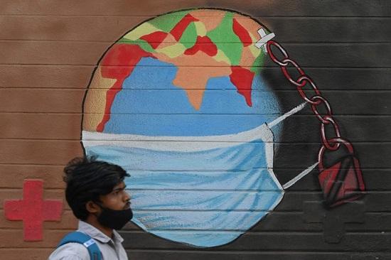 العالم يرتدي الكمامة كإجراء للتوعية ضد فيروس كورونا  في مومباي